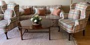 Schöne Couch mit zwei Sesseln