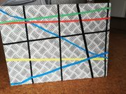 Pinnwand mit Gummibändern