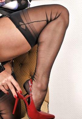 nackte frauen in halterlose strumpfe und stiefel