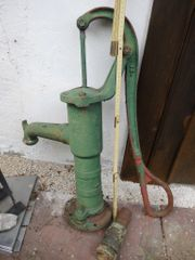 Handschwengel-Pumpe aus dem Garten