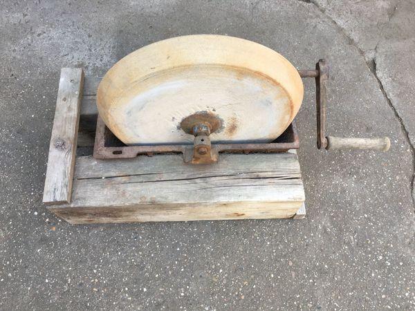 alter Schleifstein auf Holzgestell mit