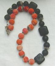 Edelsteinkette rote Koralle schwarzer Lava