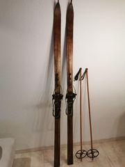 Antike Holzski und Skistöcke