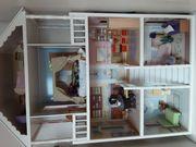 Holz-Puppenhaus mit Einrichtung