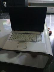 Laptop mit Gebrauchsspuren und Ladegerät