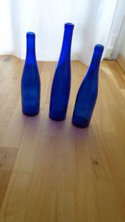 Blaue Glasflaschen je