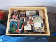 Zwei Kisten mit Büchern Taschenbüchern