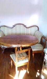 Sofa Tisch und zwei Stühle