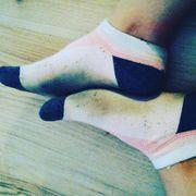 getragene Socken Schuhe slips und