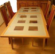 Großer Küchentisch mit Glasplatte