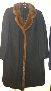 Schwarzer Mantel mit Nerzbesatz und