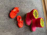 Zwei paar kleine Kinder Schuhe