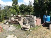 Betonplatten und Knochen-Steine