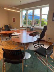Schreibtischsystem mit zwei Stühlen und