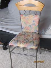 Sechs Esszimmerstühle mit Roheisengestellen