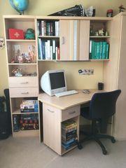 Schreibtisch mit Hängeschrank und Drehstuhl