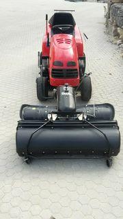 Rasenmäher Traktor mit Kehrmaschine und