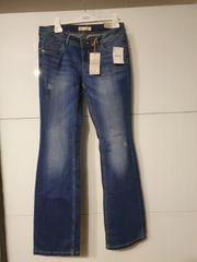 neue Jeans mit Etikett