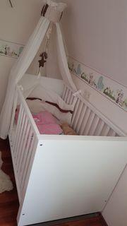 Kinderzimmer mit Kleiderschrank Wickelkommode Bett