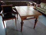 Antiker Stuhl und Tisch reparaturbedürftig