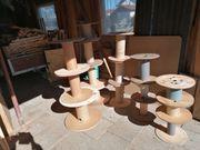 Viele kleine Holz-Kabeltrommeln