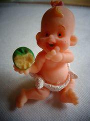 Spielzeug kleines Püppchen und kleiner