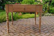 Alter Holztisch ohne Tischplatte
