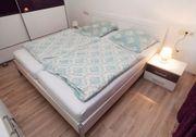 Schlafzimmer-Doppelbett mit Nachttischschränken