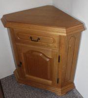 Hellbraune Holz-Eckkommode