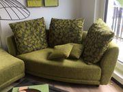 2-Sitzer Couch mit Hocker