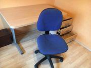 Schreibtisch mit Stuhl und Container