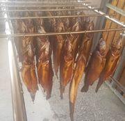 Frisch geräucherte Fische abzugeben