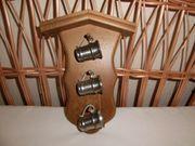 Wanddekoration Zinnbecher auf Holztafel
