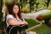 Sängerin mit Gitarre für Hochzeit