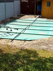 Sandsteine und Einstiegsleiter für Pool