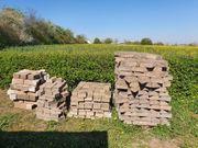 Pflastersteine und Betonpfosten