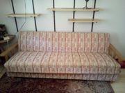 Zierliches Sofa mit Schlaffunktion