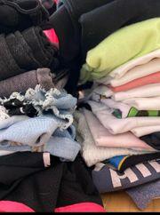 Box mit Mädchen Kleidungen 130