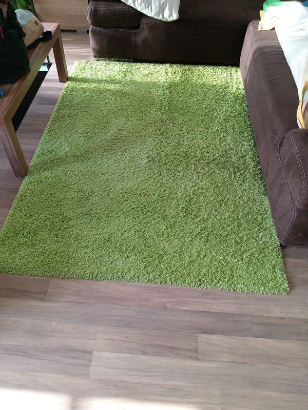 Sehr gut erhaltener grüner Teppich