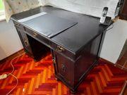 schöner alter Schreibtisch mit viel