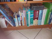 Verschiedene medizinischen Bücher und CDs