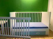 Baby- Gitterbett mit Schubladen