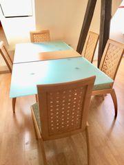 Moderner Glastisch mit Stühlen