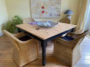 Holztisch mit schwarzen Beinen