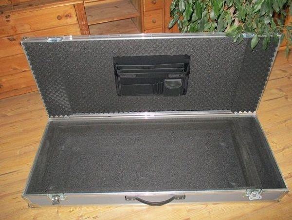 Stabiles Case für Keyboard Yamaha Tyros - Offenburg Griesheim - Großes, stabiles Alu-Case.Aluminium.Verstärkte Kanten und Ecken.Gefüttert.Innen liegender Tasche.Ablagefächer.Ein großes Seitenfach.Mit Griff und Transportrollen.Außenmaße: 133 x 52 x 20 cmInnenmaße: 114,5 x 45,5 x 10 cm (Obe - Offenburg Griesheim