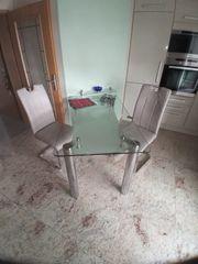 Glastisch und 2 Stühle