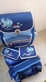 Blauer neuwertiger Schulranzen mit Federmäppche