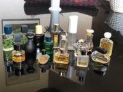 Sammlung von kleinen Parfumflacons