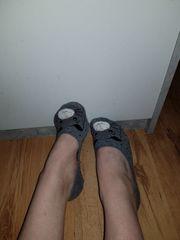 Socken und Schuhe getragen