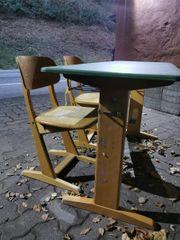 Schulbank Tisch mit zwei Stühlen